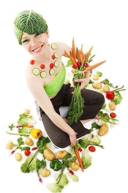 zena s kopcom zeleniny
