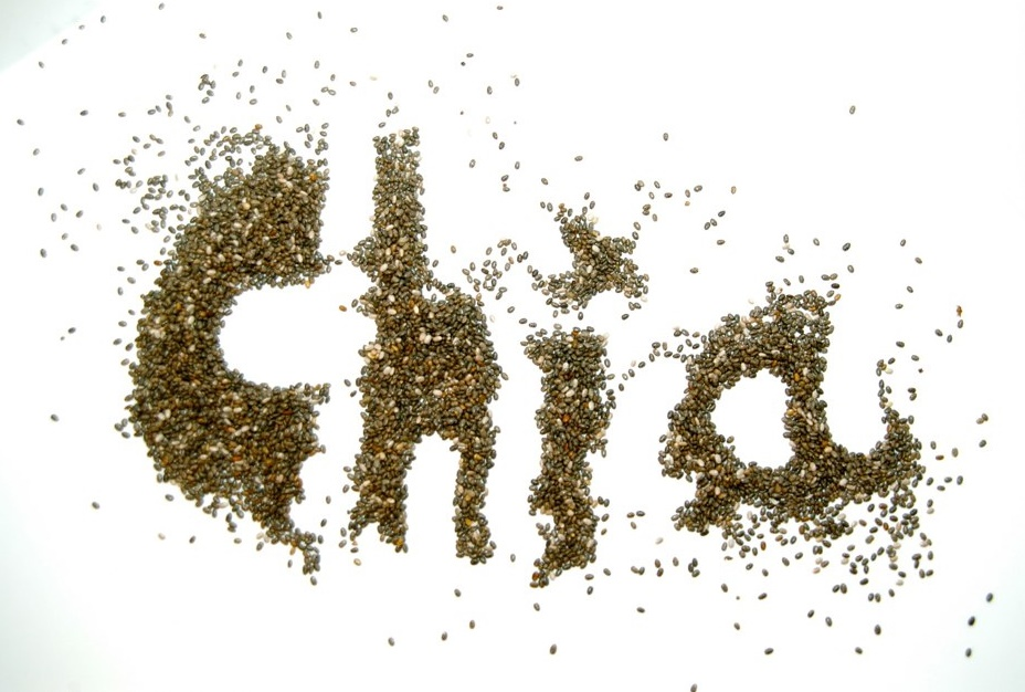 Chia semienka rozsípané do nápisu Chia